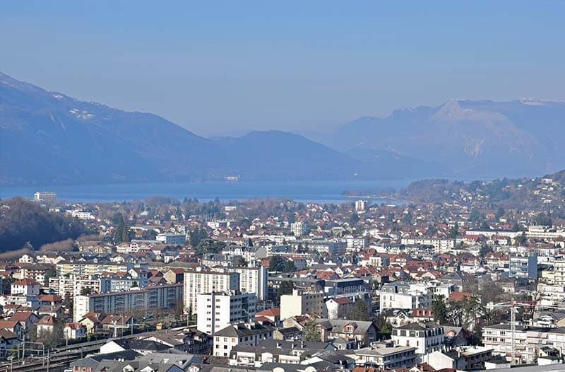 Vue aérienne sur Aix-les-Bains et le lac du Bourget